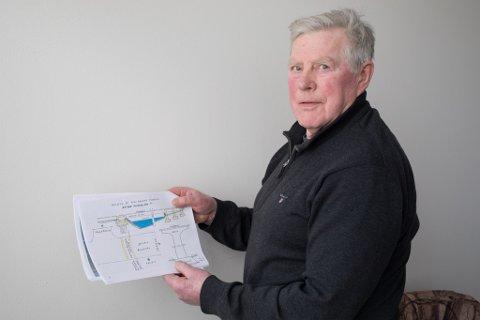 HADDE IDÉ: Helge Leif Nordvik (75) med sitt forslag til bruløysing ved Førdehuset.