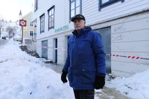 VASS-SKADAR: Tysdag morgon fekk dagleg leiar Hans Bjørn Kvalsvik sjå inn i lokala der han har hatt røryleggarverksemda si sidan 2004. Etter brannen er det mykje røyk og vasskadar der inne.