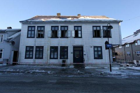 BRANN: Fem personar vart evakuert etter brannen i Strandgata i Florø måndag kveld. Mellom dei Yvette Kristin Hammer og dei to vaksne sonene hennar.