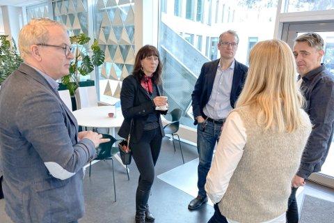 DELT SYN: Somme meiner vi skal hjelpe Oslo med vaksinar, andre at vi må sikre risikogrupper og helsepersonell først. Frå vensre Helge Robert Midtbø (Ap), Jenny Følling (Sp), Olve Grotle (H), Gunn Merete Paulsen (V) og Marius Dalin (MdG)
