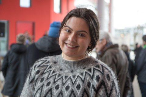 KLAR TALE: Hedda Andrea Skår Indrebø (17) fekk applaus då ho heldt appell i Førde torsdag. Ho var heilt klar: – Ikkje la vindkraftutbyggarane gøyme seg bak at det dei driv med er bra for klimaet. Det er det nemleg ikkje!