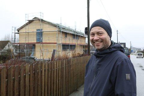 RØRANDE: Kjell Magne Barsnes bygger hus i massivtre i Nyheimvegen. I seks år dreiv han med planlegging. Men på ei veke stod plutseleg bygget der.