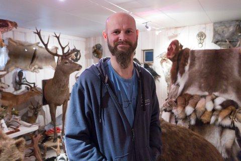LANG ERFARING: Djupvik har meir enn 25 års erfaring med ustopping. Han er også trofédommar hos Norges Jeger- og Fiskerforbund. Det betyr at han bedømmer jakttrofé og gir ut diplomar og medaljar til dei største.