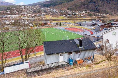 GOD PLASSERING: Dette huset kjem med eigen VIP-tribune rett attmed Naustdal stadion.