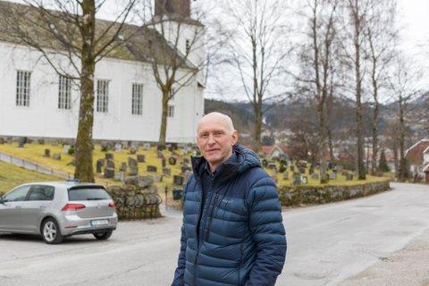 GLER SEG: Bjørn-Harald Haugsvær, leiar I Førde kyrkjesokn gler seg til området utanfor kyrkja blir opprusta. Det er noko som bekymrer han: parkeringskapasiteten ved gravleggingar.