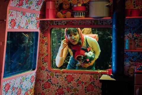RAUDHETTE: Anne Wiig har rolla som Ingeborg med den raude hetta. I regissør Alex Byrne sin versjon av det gamle eventyret, er slutten litt annleis.