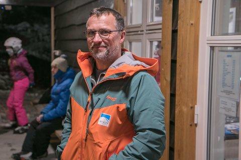 OPNA IGJEN: Jarle Mundal hadde eigentleg stengt skistenteret for sesongen, men snudde seg raskt om då snøen kom.