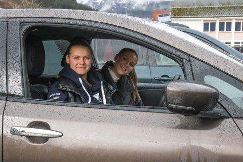 KRITISKE: Mia Tjønneland og Maika Jørgensen er ikkje einige i måten skulen har handtert smitteutbrotet på. Dei ville heller stengd ned til dei fekk oversikt.