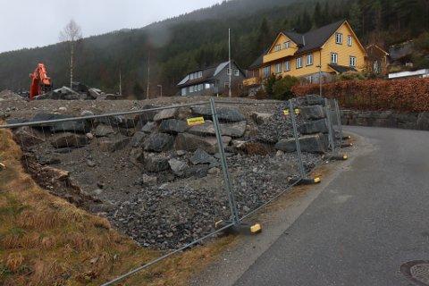 MUREN: Her er muren naboane meiner er trafikkfarleg. Bildet er tatt i slutten av mars.