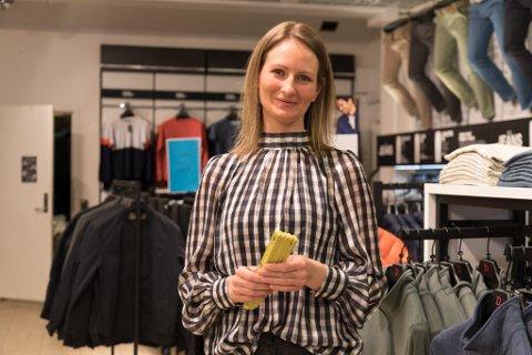 BRA: Marion Åsebø på Dressmann i Førde synest det er bra at det kjem nye nasjonale innstrammingar. Sjølv måtte ho fram med klisterlappar og målebandet for å måle opp to meters avstand i butikken.