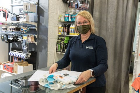 KLAR: Randi Anita Ysland, butikksjef på Erdal Sport, var ikkje overraska over dei nye innstrammingane. – Kanskje det også må endå strengare reglar til for å få bukt med smitten.