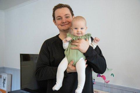HAR BLITT FAR: Stian Landøy med dottera Iris heime i leilegheita i Førde.