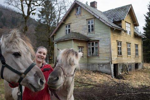 EIGEDOM: Inger Grønntun fekk endeleg kjøpe seg gard, etter 12 års leiting. Men litt oppussing må til.