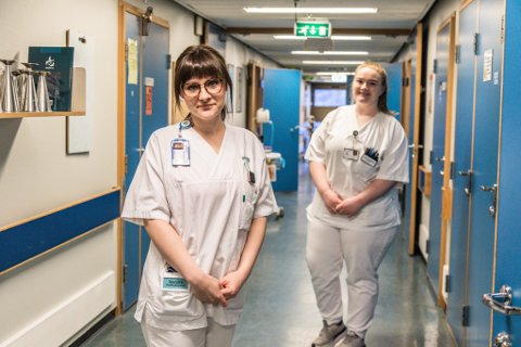 VIKTIG: Å ha ein jobb å gå til har gjort sjukepleiarane Lilly Bratland (bak) og Maryan Fjodorova ekstra takknemlege det siste året. No går dei inn i påskehøgtida med ein del jobbing på sentralsjukehuset.