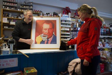 TIL INNRAMMING: Kunde Idun Alvsvåg kom innom butikken «Rikken» med eit Kjartan Slettemark-bilde ho ville ramme inn.