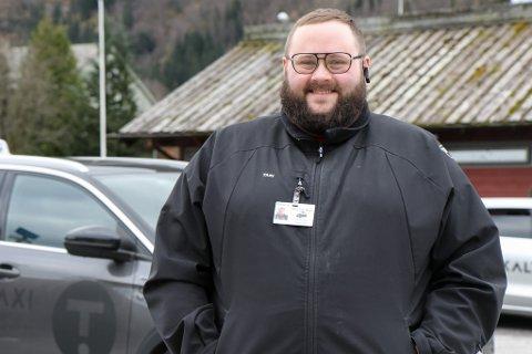 PÅ JOBB: Bernt Inge Berge (34) frå Naustdal har lang fartstid bak rattet. Han skal bruke påskedagane på å frakte taxipassasjerar.
