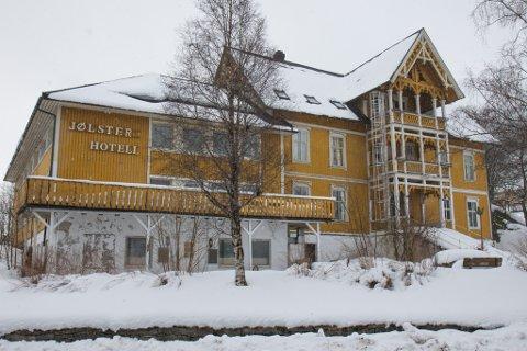 VIKTIG: Atle Hamar meiner den nyaste delen av hotellet berre kan rivast, men håper den eldste delen kan takast vare på. – Det er viktig for Vassenden at noko skjer, for bygget har stått til nedfalls i mange år.