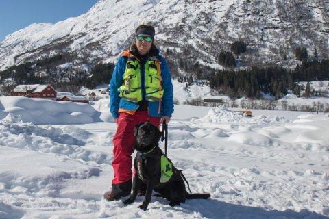 SKREDSØK: Helene Sæterdal og redningshunden Nitro. Sæterdal er operativ leiar for Norske redningshundar sitt lokallag i Sunnfjord. Dette har ho halde på med i 20 år.