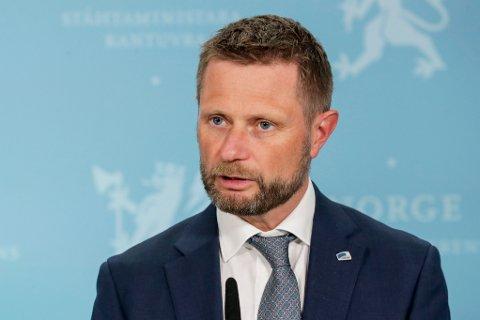 Helse- og omsorgsminister Bent Høie under pressekonferansen om koronavaksinar.