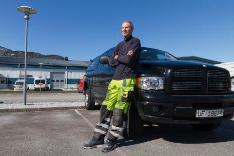 EIN MANN OG HANS BIL: Arild Arntsen og firmabilen hans. Bokstavar frå logoen hans har dotte av på sida.