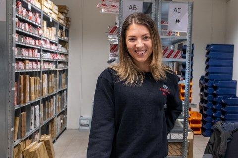 SNART DELESJEF: Om eitt år er Miriam Eikås ferdig med fagbrev i reservedelsfag. Læretida har ho på Toyota Førde.