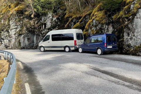 ULYKKE: Den framste bilen måtte ifølge politiet svinge unna ein møtande motorsykkel, og enda i fjellveggen.