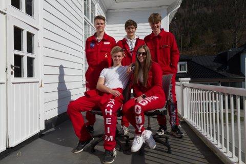KLARE FOR RUSSETID: Frå venstre: Rolf Arne Seime (18), Emil Sårheim (19), Thomas Hamre (18), Anna Heggøy (18), og Elias Bugjerde (18), alle elevar i tredjeklasse på idrettslinja ved Firda vidaregåande skule på Sandane.