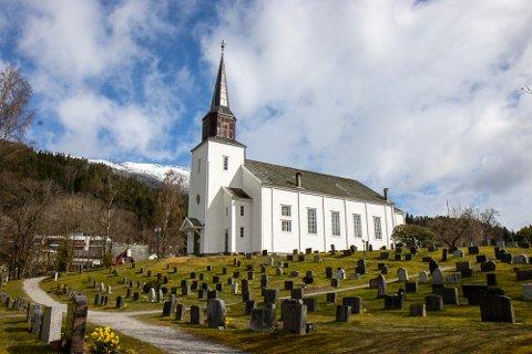 SYNLEG: Ein av grunnane til at trea vart fjerna, er at kyrkja skal vere synleg for folk.