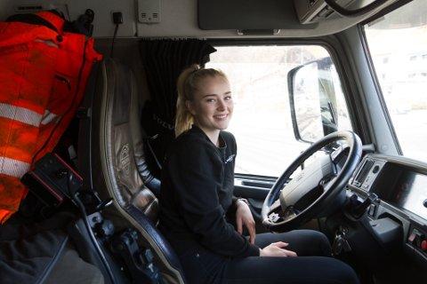 INNVENDIG: Ingri-Eline Vik har ikkje gjort nokon stor innreiingsjobb i førarhuset, for bilen skal truleg skiftast ut om ikkje for lenge.