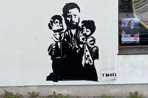 MOTIVET: På ein vegg i Dale kan du sjå dette motivet av Bent Høie og barne-TV-dukkene Pompel og Pilt.