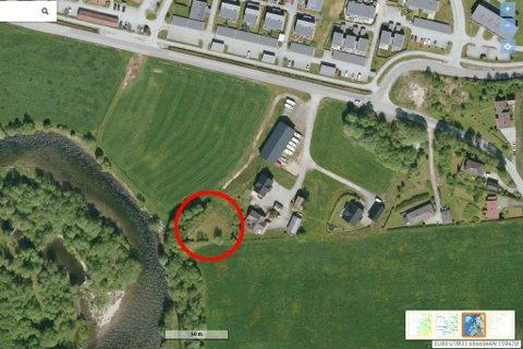 FÅR BYGGE: Astrid Marie Vie og Harald Andre Aam får lov til på bygge nytt hus på garden likevel. Huset vil komme omlag i den raude ringen på dette satelittfotoet.