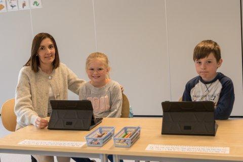 NETTBRETT: Margunn Vallestad (41), Sara Saugestad (7) og Daniel Dvergsdal (7) er alle nøgd med å ta i bruk nettbrett i undervisninga.