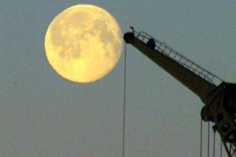 NOKSÅ NÆR: I morgon tysdag har vi supermåne, som påverkar tidevatnet meir enn normalt.