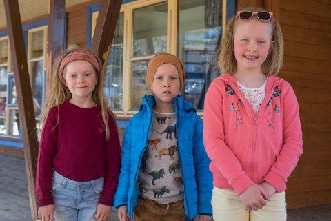 1B: Desse førstklassingane ved Flatene skule var nøgde med å vere tilbake. Frå venstre: Runa Helene Ness Halset, Sander Fjellhaugen Våge og Hannah Bø Vedvik.