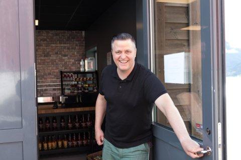 SATSAR: Jann Vestby i Gardsbrenneriet har trua på dei alkoholhaldige drikkene sine. No satsar Glopparane vidare.
