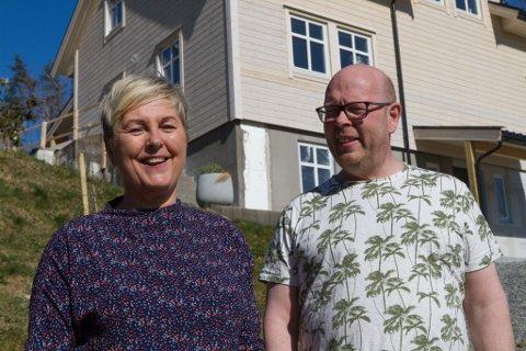 TOTALRENOVERT: – Det er ikkje ein spiker vi ikkje har rørt, seier Rune Helgås, her med Inger-Lise Akse Helgås framfor sitt totalrenoverte hus.