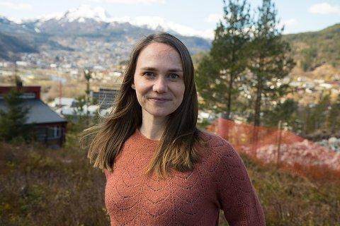 PÅ LEIT: Amerikanske Greta Pemberton og familien har budd i Førde i snart eit år. Ho vil gjerne bli lenger, om ho berre kan finne ein passande jobb.