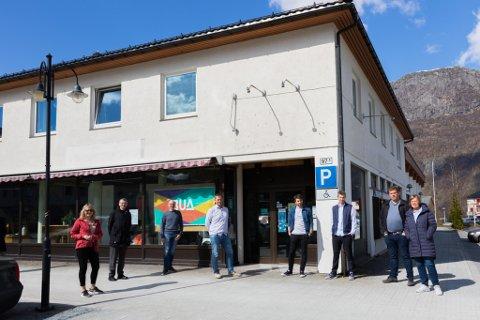 FRAMTIDA: Gamle Coop-bygget skal anten restaurerast eller rivast. Formannskapet i Fjaler har vore på synfaring. Fv. Gunhild Berge Stang (V), Mark Taylor (MDG), Leif Jarle Espedal (Ap), ordførar Kjetil Felde (Sp), Kjetil Ness (SV), Hans Lammetun (Sp), Jostein Jarstad (H) og kommunedirektør Bente Nesse.