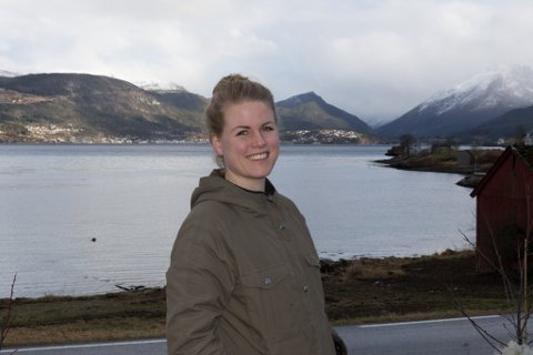 GJEV IKKJE OPP: Mariel Eikeset Koren synest  det er feigt at ein no går vekk frå vedtaket om å at det skal vere biologisk nedbrytbart granulat i kunstgrasbana på Sandane.
