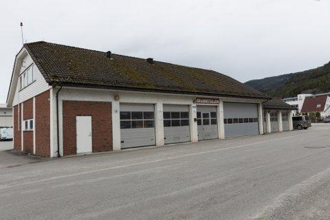 TIL SALS: Dette er brannstasjonen på Sandane som kommunen håper vil gje kjærkomne kroner i kommunekassa når den vert selt. Men førebels har det berre kome eitt bod, på 1,5 mill. kroner.