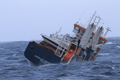 PÅ SLEP: Det nederlandske lasteskipet Eemslift Hendrika har rundt 350 tonn tungolje og 50 tonn diesel om bord. Det var fare for at det ville kantre, og drivstoffet lekke ut i sjøen. No blir det slept til Ålesund av Kystverket.