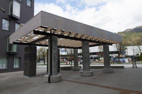 TAR FORM: Paviljongen står ferdig i byrommet mellom museumet og Futurum-bygget i Førde sentrum. Området skal krydrast meir i løpet av vekene som kjem.
