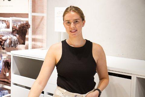 Birgitte Ask Nordnes er student ved HVL i Sogndal og jobbar som ekstrahjelp på Bikbok i Førde. Ho er blant dei som fekk dårlegare økonomi i koronaåret 2020.