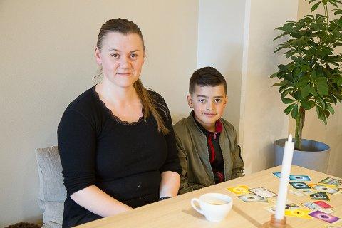 REAGERER: Mariell Skildheim (36) er i aldersgruppa som no er flytta bakerst i vaksinekøa og reagerer på prinsippet bak endringa. Her med sonen Nataniel, 9 år.