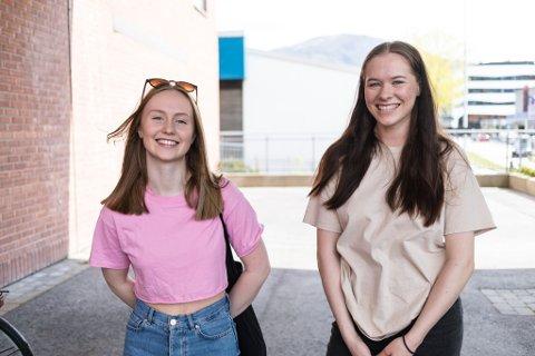 – KOSELEG DÅ VI VAR MINDRE: Hanne Heggelund (18) og Trine Standal (17).