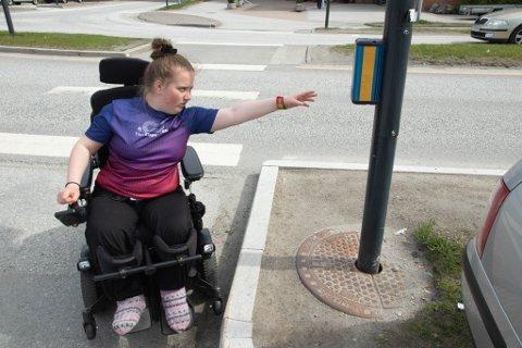 FRUSTRERANDE: Ariell må jobbe mykje for å få rullestolen så langt inn til kanten som mogleg, men det er nyttelaust. Ho kjem seg framleis ikkje nært nok til å kunne trykke på knappen.