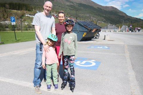 TIL FJELLS: Stefan Ivars, Galina Tsykunova, Sanna Ivars og Emma Ivars gler seg til 17. mai på fjelltur.