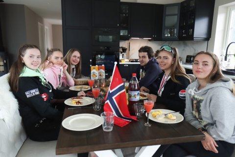 FRUKOST: Frå venstre: Rebekka Valvik (17), Veronica Myren (18), Celine Myren (19), Anders Haugsbø (20), Malene Eide (18) og Emilie Stang (17).