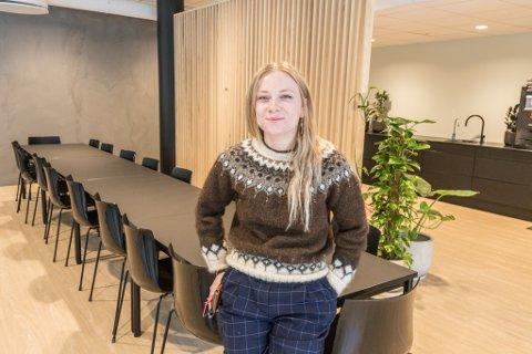 NY I FØRDE: Embla I. Stålesdottir er ny i jobben og i Førde. Så langt går det veldig fint, synest 27-åringen.