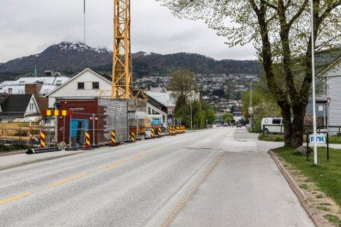 STENGT I KORTE PERIODAR: Angedalsvegen blir stengt i korte periodar på grunn av betongarbeid i Lindhagen.